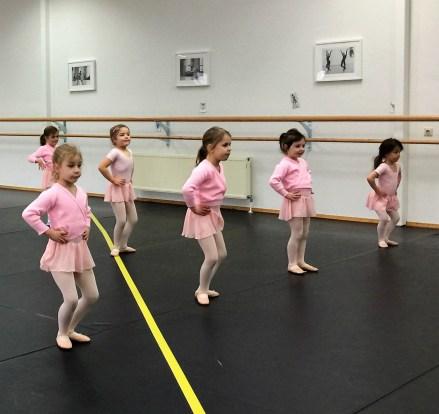 6 Kinder beim Ballett