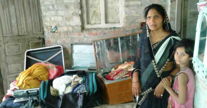 गोईंठा में छुपा कर रखे बेटी की शादी के लिए गहने तक चुरा ले गए