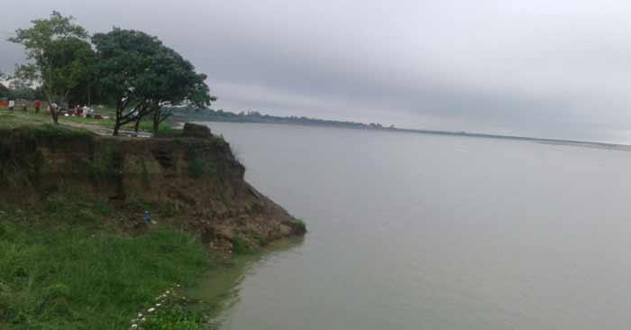 गंगा व घाघरा की युगलबंदी से सिकंदरपुर और बैरिया के तटवर्ती इलाकों में बेचैनी