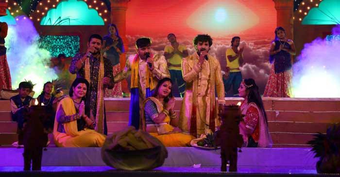 पवन सिंह, खेसारीलाल यादव और यश कुमार ने'जय छठी माई'की शूटिंग के दौरान जमाई महफिल