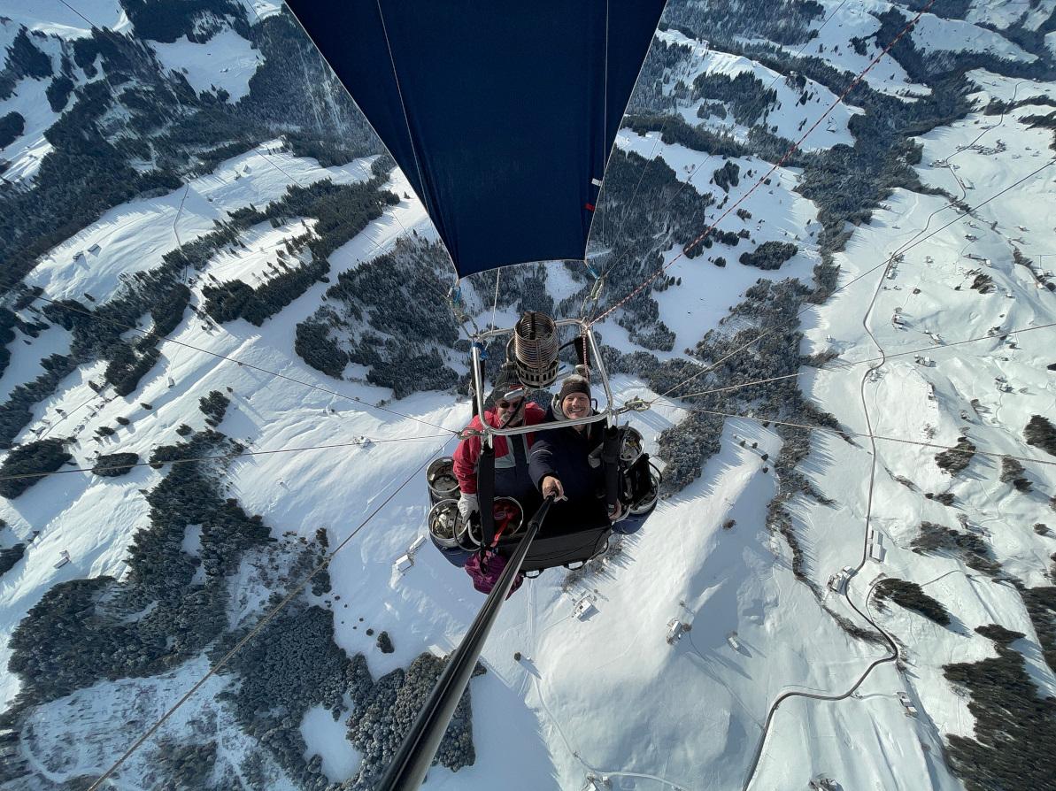 Foto von oben in einen Heissluftballon Korb