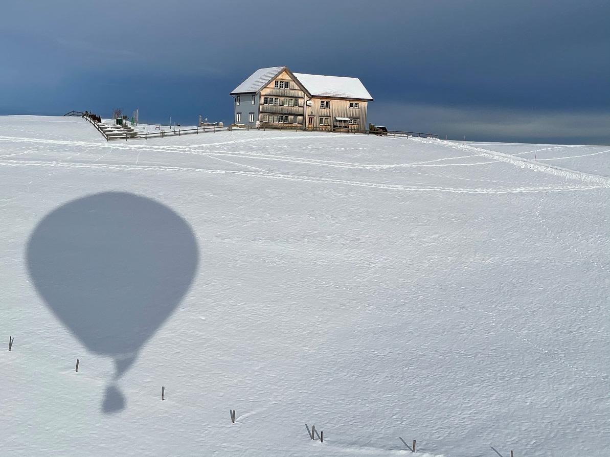 Schattenspiel mit Ballon und Appenzeller Bauernhof
