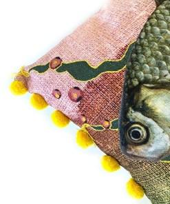 Kissen Atlantic, inkl. Füllung, gelb-rosa Fisch, Pompom-Kante gelb, 100Proz Baumwolle, 40 x 60 cm, Detail 3