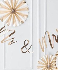 Buchstaben-Girlande Mr & Mrs, Pappe roségold foliert, Faden weiß, H 22 x L 200 cm, Dekobeispiel