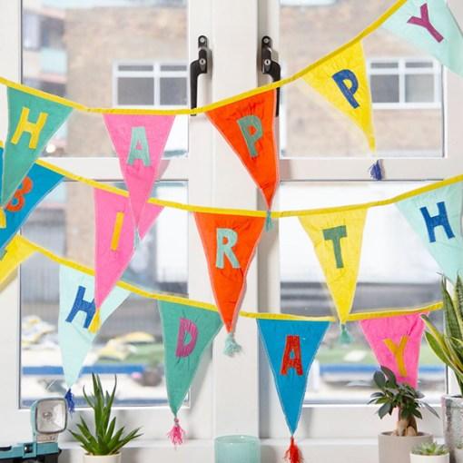 Wimpelkette HAPPY BIRTHDAY, Stoff uni-bunt, Stick bunt, Wolltroddeln, 29 x 300 cm, dekobeispiel