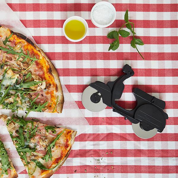 Pizzaschneider Motorroller, ABS-Kunststoff schwarz, Edelstahl-Rollmesser, Aufstellstaender, 11,5x17,5x1,7 cm, Dekobeispiel