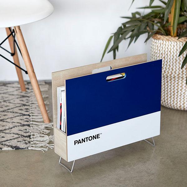 Zeitungsstaender Pantone, 2 Griffloecher, Holz blau-weiss, innen natur, 28x38x9 cm, Dekobeispiel