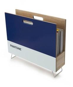 Zeitungsstaender Pantone, 2 Griffloecher, Holz blau-weiss, innen natur, 28x38x9 cm, Seitenansicht