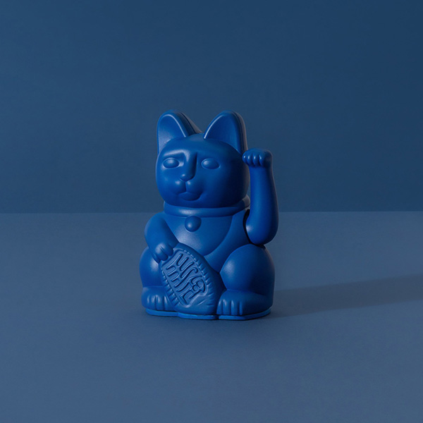 Lucky Cat mini, Kunststoff dunkelblau , 1x AA-Batterie (nicht enthalten), 6,7 x 5,2 x 9,8 cm, Dekobeispielbild
