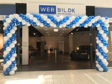 En stor firkantet ballonport opsat til webbil.dk butiksåbning i waves.