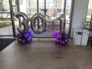 Ballondekoration til 30 + 1 års fødselsdag.