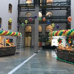 Faschingsdekoration mit Girlanden und Latexballons