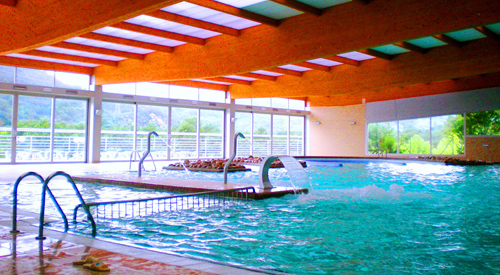 cuenta con dos piscinas termales interiores y con chorros de hidromasaje para la zona lumbar piscina exterior con terraza