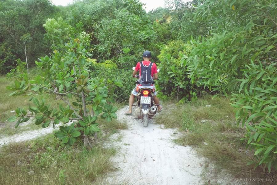 Đến Bãi Khem, các bạn chỉ có thể đi xe máy vì đường rất khó đi