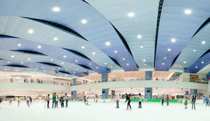 Sân trượt băng khổng lồ giữa mall