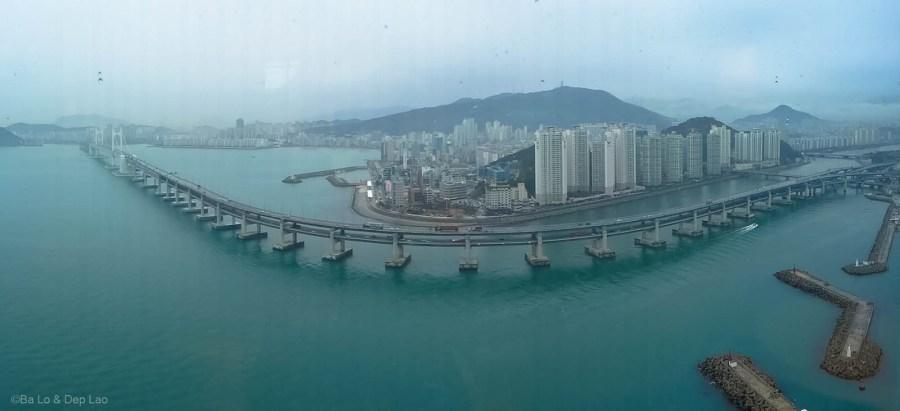 Cầu treo Gwangan lộng lẫy bắc qua biển giữa Namcheon-dong, Suyeong-gu và U-dong, Haewundae-gu của thành phố Busan