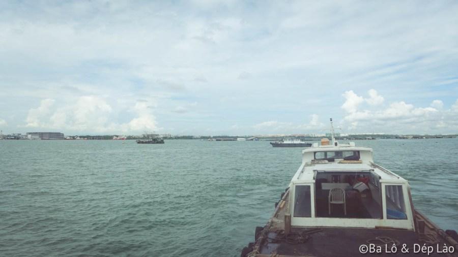 Phà đưa du khách đến đảo