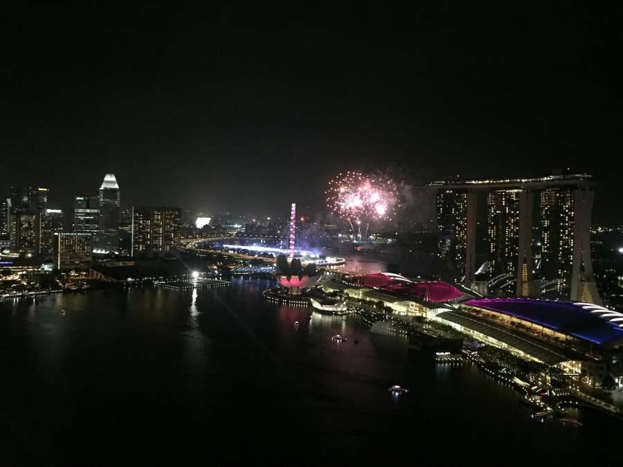 View từ The Sail nhìn ra ngay vịnh Marina. Xa xa là toà nhà Marina Bay Sand