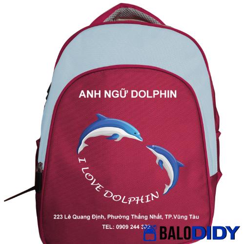 Trường Anh ngữ Dophin tặng balo cho học sinh