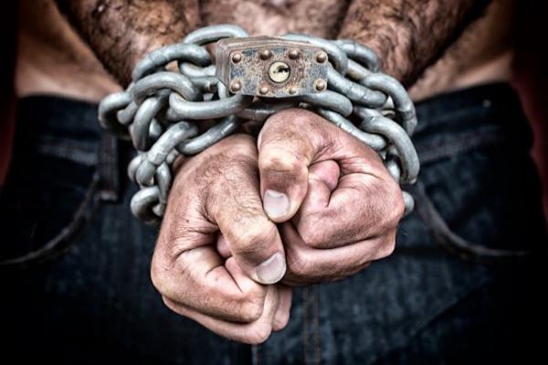 Pietiek.com: что выберут латыши - доспехи бойца или рабские цепи?