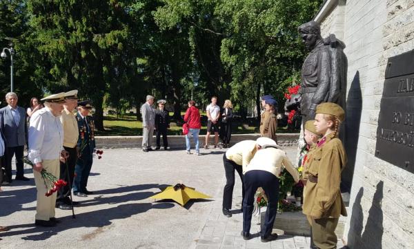 В День памяти и скорби на гарнизонном кладбище в Таллине звучали стихи Окуджавы