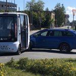 Фото: в Юлемисте столкнулись автомобиль и беспилотный автобус