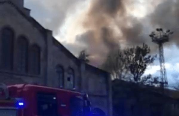 ВИДЕО: на ул. Тёэстузе сгорел старый промышленный корпус
