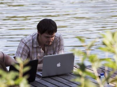 3 способа быстро зарядить ноутбук в автопутешествии на природу