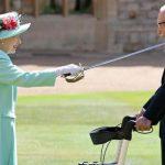 Елизавета II посвятила в рыцари 100-летнего ветерана, собравшего огромную сумму для врачей