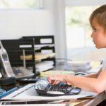 МОН хочет заставить всех родителей в Латвии обеспечить детям домашние компьютеры и сеть
