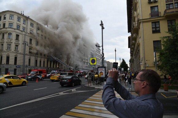 Движение на Старопименовском переулке ограничено из-за пожара в доме на Тверской