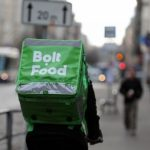 """Рижанка негодует: доставщики еды """"Bolt"""" и """"Wolt""""  не говорят на латышском!"""