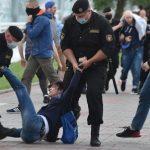 При разгоне акции в Минске взрывают светошумовые гранаты, видны люди в крови /дополнено/
