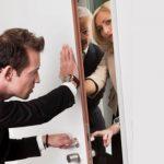 Как выселить женщину из рижской квартиры? Есть варианты