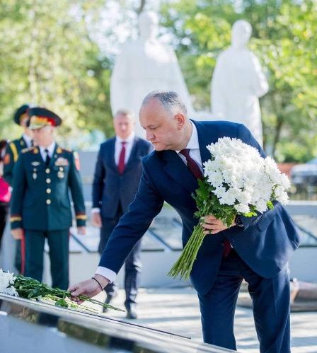 Глава Молдавии открыл мемориал советским солдатам, отремонтированный при содействии посольства РФ