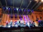 Жители Рима в грозу и ливень слушали песни Победы