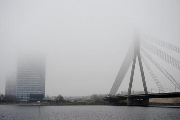 Эксперт рассказала, когда желтая дымка покинет небо Латвии