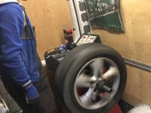 Нужно ли балансировать колеса при каждом шиномонтаже