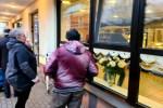 Рассерженный покупатель: в Латвии появились очереди из-за COVID. Стоим, мёрзнем!