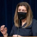 Здоровым людям советуют носить многоразовые маски. Так дешевле