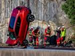 Для чего Volvo сбрасывает машины с 30-метровой высоты