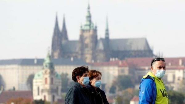 В Праге суд отменил решение правительства о ношении масок на улице и в личных авто
