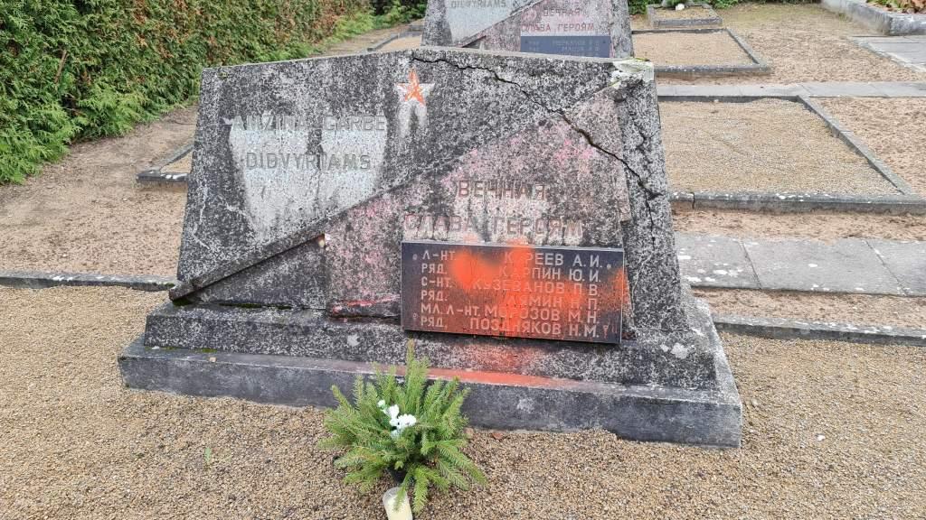 Посольство РФ в Литве выразило возмущение фактом осквернения могилы советских воинов