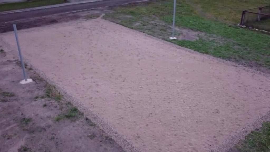 Жители в шоке: хотели места для машин, а город построил волейбольную площадку