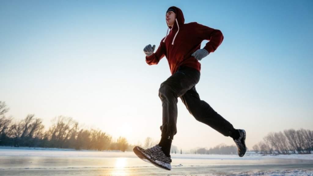Как бегать в гололёд? Как избежать скольжения на пробежке? Экипировка, советы тренера