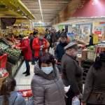 Комендантский час в Латвии: люди опять толпятся в магазинах