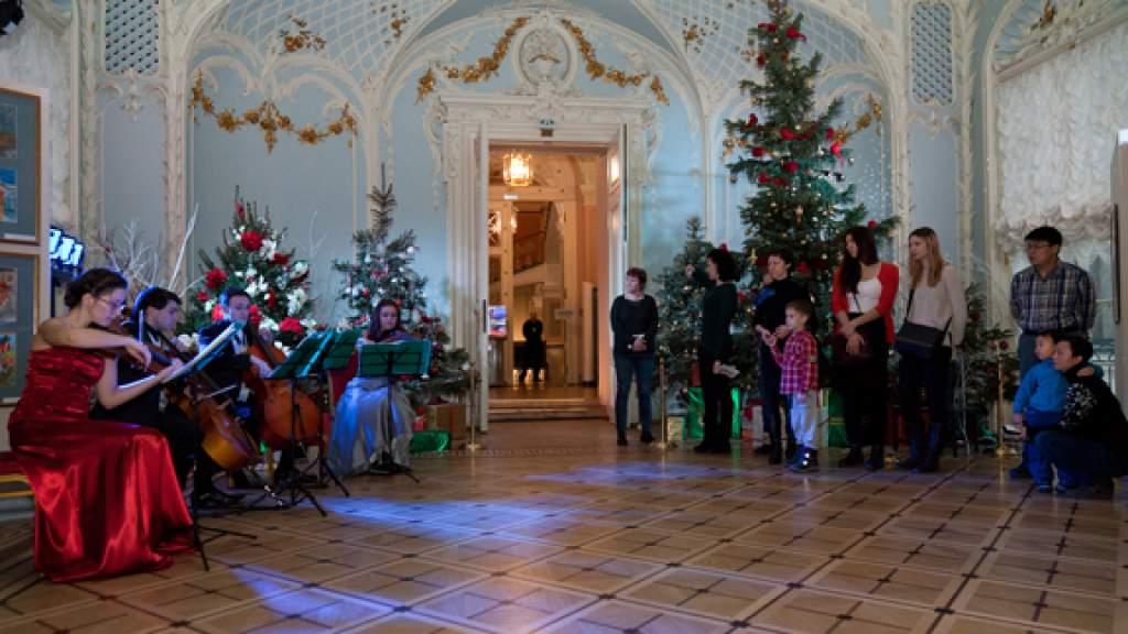 Новогодние украшения для Эрмитажа прислали из разных стран