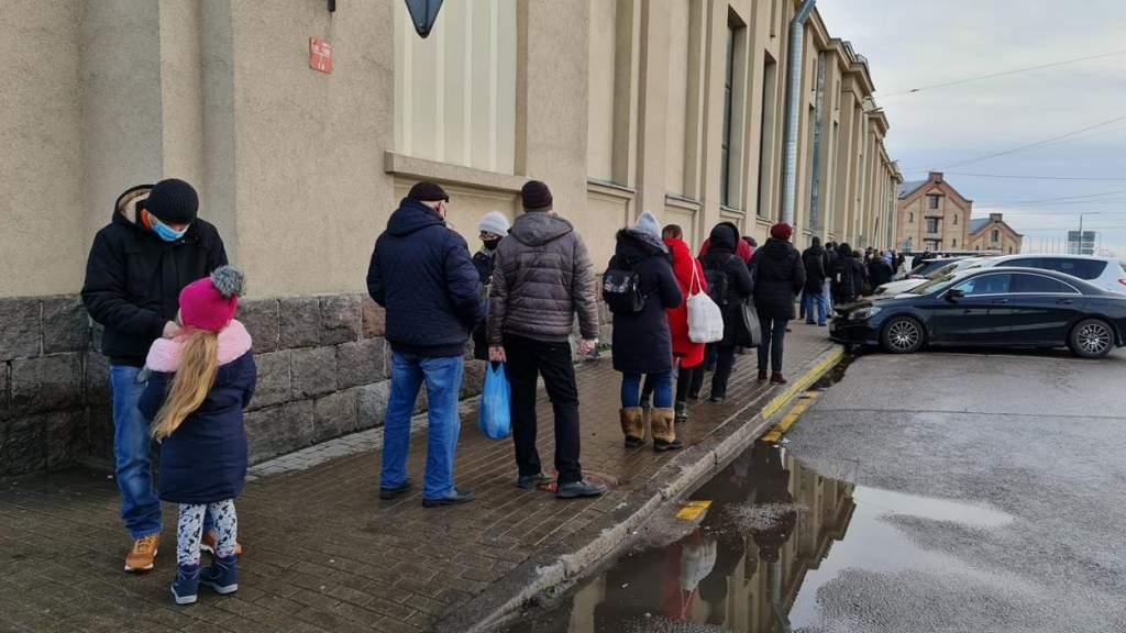 Праздник против правил ЧС: жуткие очереди в магазинах и даже на рынке