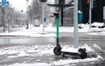 Электросамокаты на заснеженных улицах Таллина
