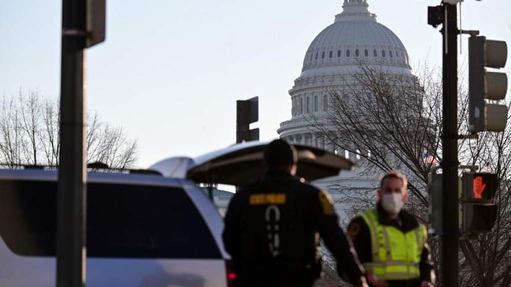 ФБР попросило граждан помочь установить участников штурма Капитолия